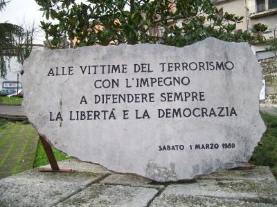400px-Lapide_alle_vittime_del_terrorismo